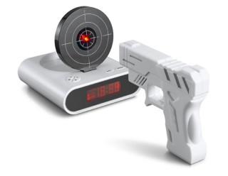 Будильник, имеет мишень и лазерный пистолет (чтобы выключить, нужно стрелять по мишени)