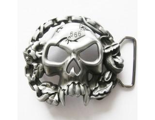 Пряжка для ремня в форме черепа с полыми глазами и носом, длинными клыками и номером 666 на лбу